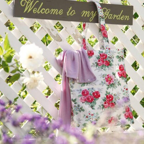 Garden fence ideas with starring white trellis and cute garden sign