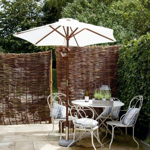 Garden fence ideas in moss with covered dining area