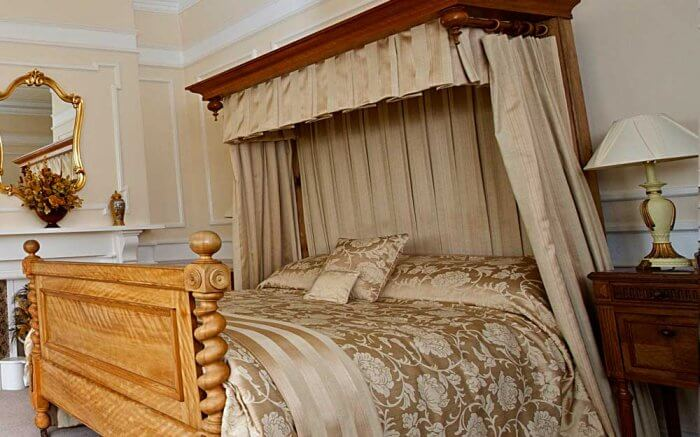 Types of beds: Victorian half tester four poster bed