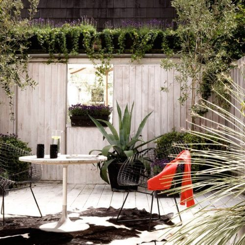 Garden fence ideas with a mirror and a whitewashed finish