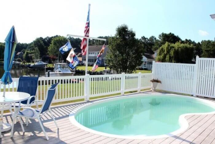 White vinyl or wood pool fence